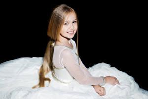 Фото Черный фон Девочки Улыбка Взгляд Шатенка Ребёнок