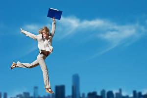 Фотография Блондинка Прыжок Счастье Рука молодые женщины