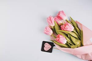 Обои Букеты Тюльпаны Сером фоне Розовая Сердца цветок