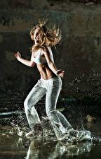 Фотографии Шатенка Танцы Руки С брызгами девушка