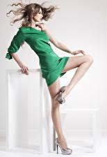 Обои Шатенка Платье Ног Туфли Колготки Красивый молодая женщина