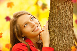 Фото Шатенка Улыбка Смотрит Руки Ствол дерева Девушки