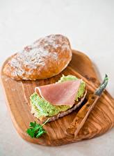 Фотография Бутерброд Ветчина Овощи Булочки Серый фон Разделочной доске