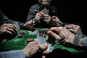 Фотография Игральные карты Туз Руки Стол Poker