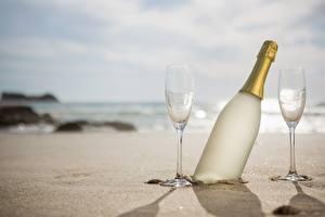 Картинка Игристое вино Бутылка Бокалы Песок Еда Природа
