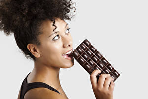Фотографии Шоколад Пальцы Шоколадка Белом фоне Брюнетка молодые женщины