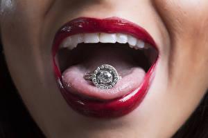 Обои Крупным планом Красные губы Языком Кольцо