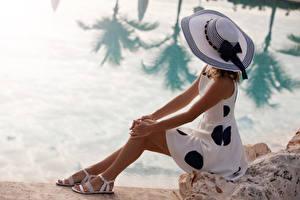 Обои Берег Сидя Шляпы Платье молодая женщина