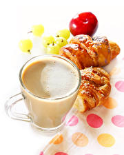 Картинки Кофе Капучино Круассан Белым фоном Чашка Еда