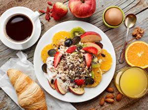 Картинки Кофе Сок Мюсли Круассан Фрукты Орехи Доски Завтрак Тарелка Чашка Яйца