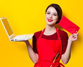 Фотографии Цветной фон Шатенка Ноутбук Смотрит Красными губами Рука девушка