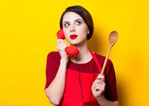 Картинки Цветной фон Шатенка Телефона Ложки Красными губами Руки девушка