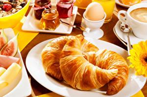 Фотографии Круассан Тарелка Яйца Втроем Завтрак Пища