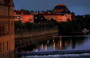 Обои Чехия Прага Дома Речка Вечер Причалы Уличные фонари