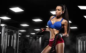 Картинки Фитнес Брюнетки Тренируется девушка Спорт
