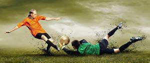 Фотография Футбол Вратарь в футболе Мужчины Бьет Ног Падение Мячик