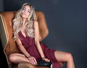 Картинка Серый фон Блондинка Сидит Платье Взгляд Руки Кресло Девушки