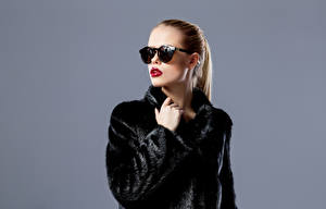 Фотография Серый фон Шатенка Меховая одежда Очки Красные губы