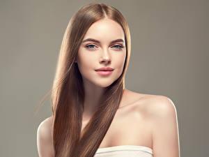Обои Серый фон Шатенка Волосы Взгляд Красивые молодые женщины