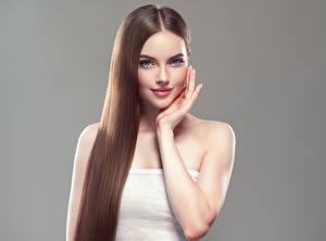 Фотографии Серый фон Шатенка Волосы Улыбка Руки Красивые