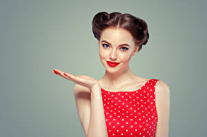 Фотографии Серый фон Шатенка Красными губами Руки Смотрят Красивая девушка
