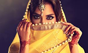 Фотография Индийские Украина Красивая Руки Взгляд Sofia Zhuravets девушка