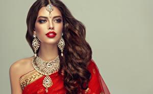 Картинки Украшения Ожерельем Серый фон Шатенки Волос Серьги Красными губами Красивые Девушки