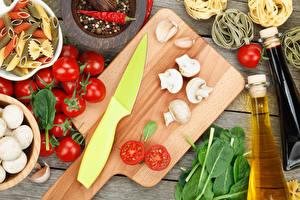 Картинка Ножик Овощи Грибы Томаты Острый перец чили Разделочная доска Макароны