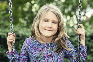 Фото Девочки Взгляд Руки Цепь ребёнок