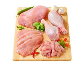 Картинки Мясные продукты Острый перец чили Чеснок Курятина Белом фоне Разделочной доске