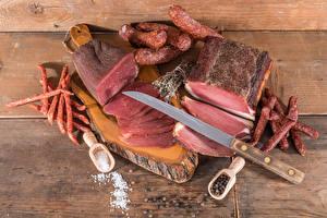 Обои Мясные продукты Колбаса Перец чёрный Нож Доски Разделочная доска Соль Нарезанные продукты Пища