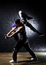Фото Мужчина 2 Танцы Шатенки Ноги девушка
