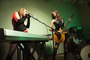 Картинки Музыкальные инструменты Втроем Гитара Микрофоны Музыка Девушки