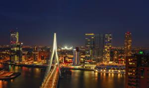 Картинка Голландия Роттердам Речка Мосты Дома Причалы Ночь город