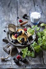 Фотография Блины Ежевика Черника Малина Разделочная доска Тарелке Листва Продукты питания