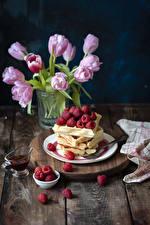 Фотография Выпечка Малина Тюльпаны Доски Тарелка Пища Цветы