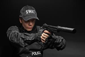 Фотография Пистолеты Мужчины Серый фон Полицейские Униформа Бейсболка Глушитель (оружейный)