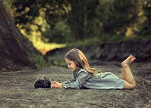 Картинки Кролики Девочки Лежат ребёнок