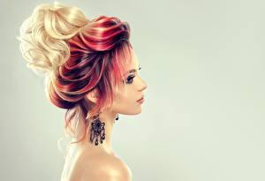 Фотографии Рыжая Блондинка Серый фон Серьги