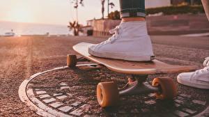 Картинка Скейтборд Крупным планом Кедами