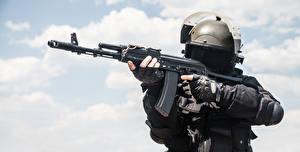 Фотографии Солдаты Автоматы Военная каска военные