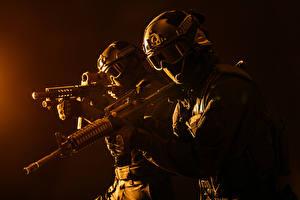 Фото Солдаты Автоматы 2 Униформа Очки Шлем