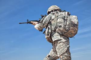Картинки Солдаты Автоматы Униформа Рюкзак Американские Армия