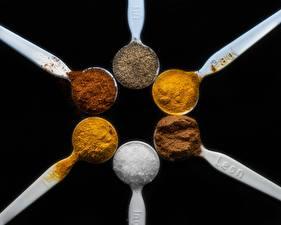 Картинки Приправы Вблизи Черный фон Ложка Соль cinnamon, saffron Kurkuma, Cayenne papper