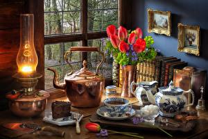 Фотография Натюрморт Керосиновая лампа Тюльпаны Чайник Торты Чашка Сахар Красный Пища Цветы
