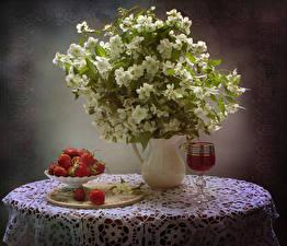 Фото Натюрморт Клубника Цветущие деревья Стол Вазы Ветвь Ветер Бокал Еда Цветы