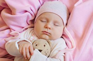 Фотографии Мишки Младенцы В шапке Спят Лицо Дети