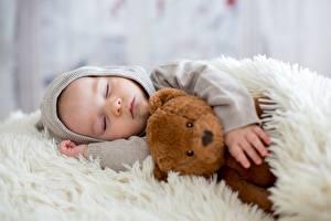 Картинки Плюшевый мишка Спит Мальчик Капюшоне ребёнок