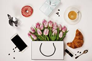Фотография Тюльпан Сумка Круассан Пончики Кофе Капучино Натюрморт Серый фон Смартфон Чашка Ложки Подарок цветок Еда