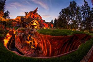 Картинки США Диснейленд Парк Дома Вечер Калифорния HDRI Дизайн Каньона Природа
